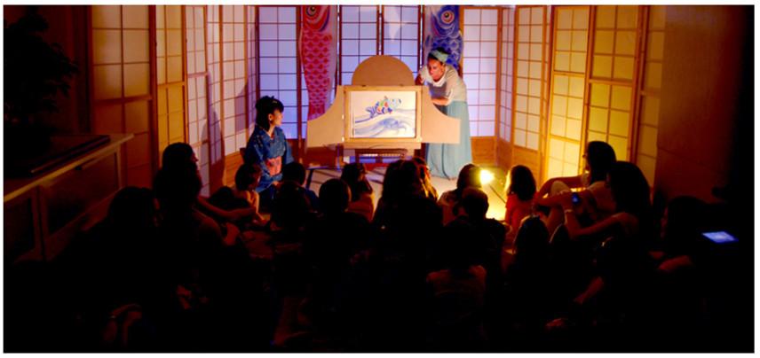 Carmen la Griega en un espectáculo de Kamishibai (Archivo Carmen la Griega)