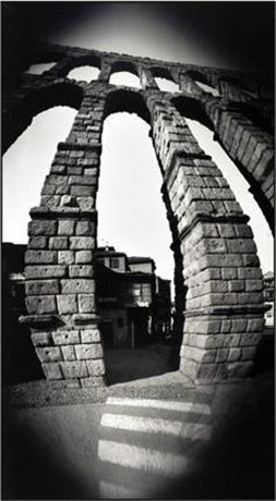 Fotografía del acueducto de Segovia realizada con una cámara estenopeica de cilindro.