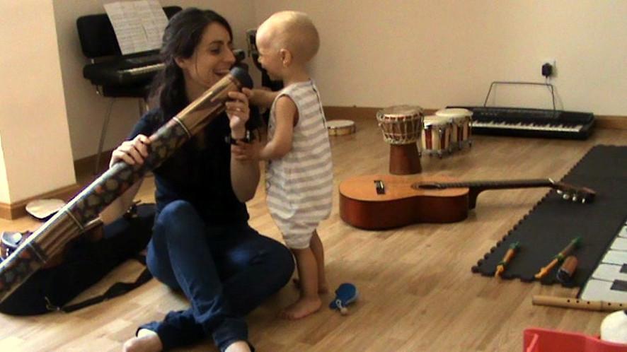 Mgdalena Capó en una sesión de musicoterapia de la Asociación Síndrome de Williams de España – ASWE