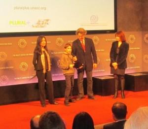 Aldo Abril Badenas (11 años) al recibir el Premio del Festival PLURAL+ 2014, Organizado por Naciones Unidas (Fuente: Taller Telekids).