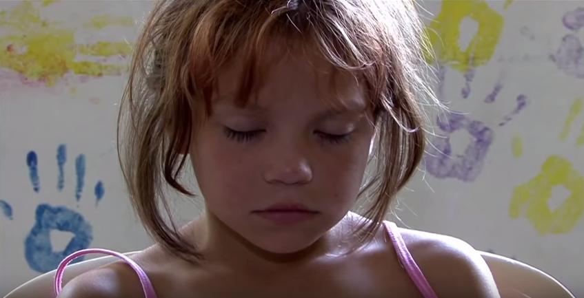 "Alumna meditando. Instantánea del vídeo ""Violence in School Ends, Quiet Time - TM - David Lynch Foundation"" (https://www.youtube.com/watch?v=TBNtMI54kxM)."