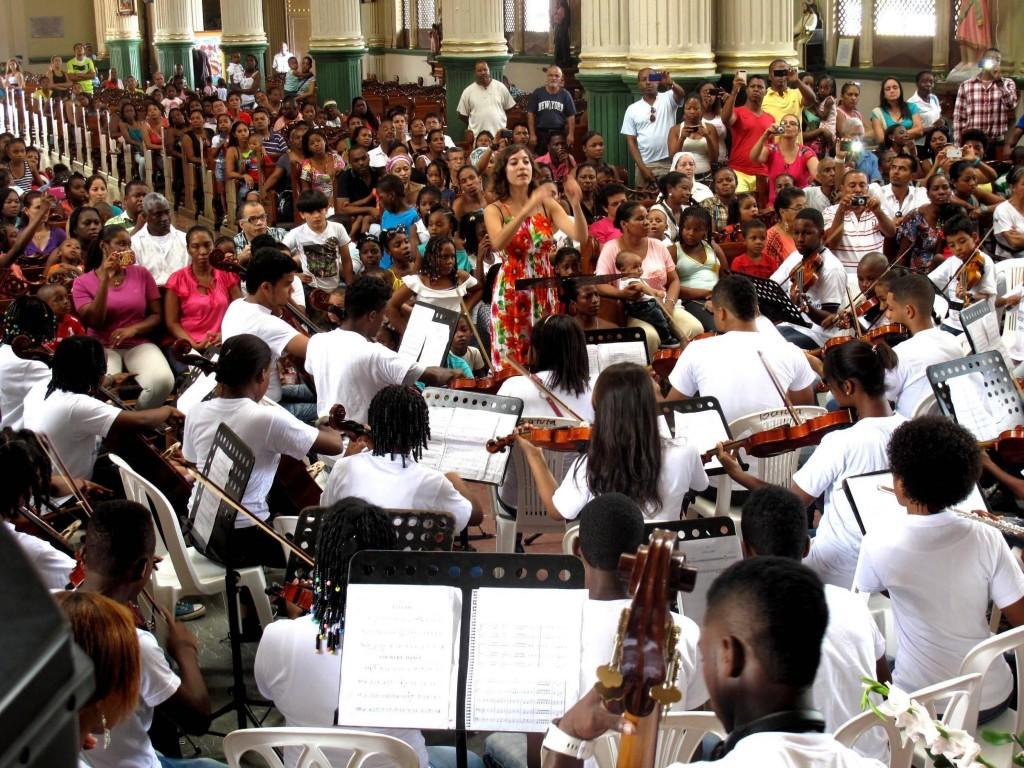 Aldara Velasco dirige una orquesta de niños en Quibdó, departamento del Chocó (Colombia), una zona selvática de población afrodescendiente con muchos problemas relacionados con el conflicto armado y el desplazamiento forzoso de la población. Proyecto de la Fundación Nacional Batuta en Colombia.