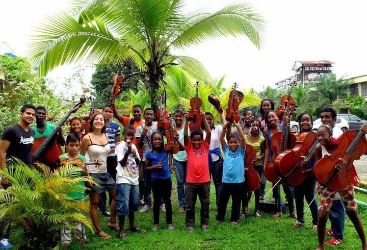 Aldara Velasco con los niños participantes del proyecto de la Fundación Nacional Batuta en Quibdó (Colombia).