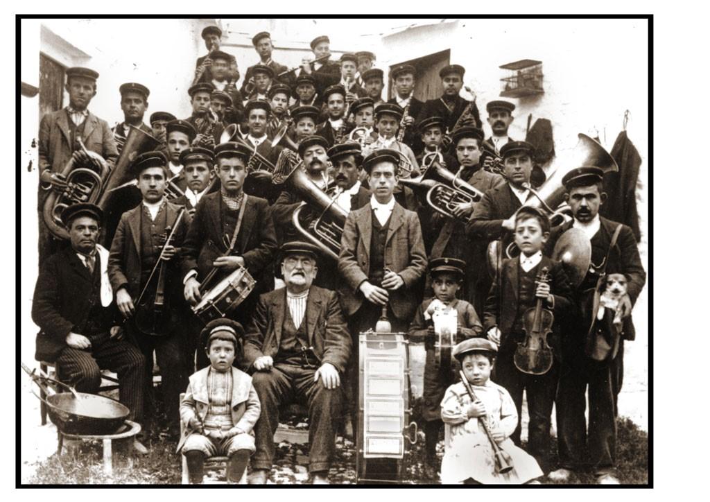 D. Bernardo Gómez (sentado en el centro) (1880-1924). Primer director de la Filarmónica Beethoven y farmacéutico de profesión (1850) (Fuente: Fototeca Municipal Campo de Criptana).