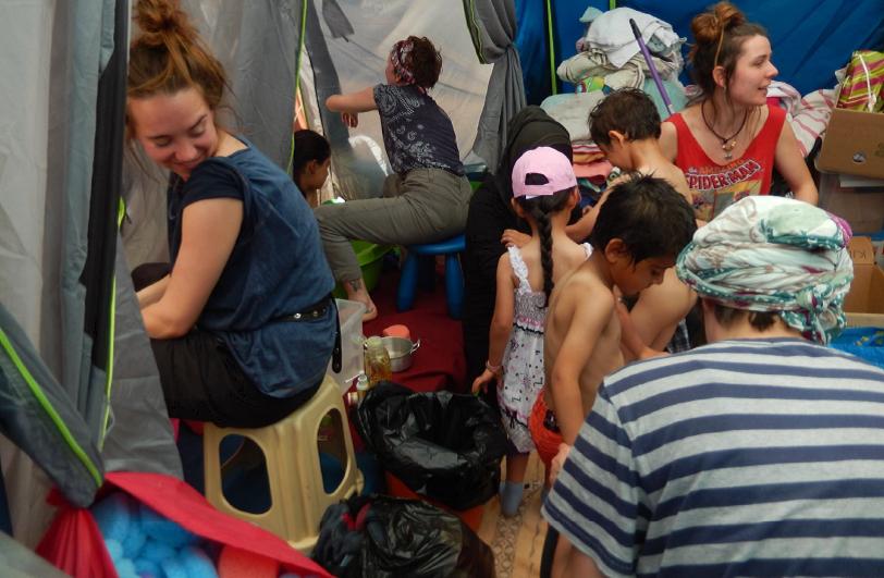 Hammam para niños junto con personas voluntarias en el campo de refugiados de Idomeni, Grecia. Abril 2016 (Fotografía de Alicia Barba Guillén)