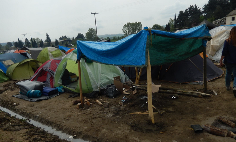 Aglomeración de tiendas y refugios en el campo de refugiados de Idomeni, Grecia. Abril 2016 (Fotografía de Alicia Barba Guillén)