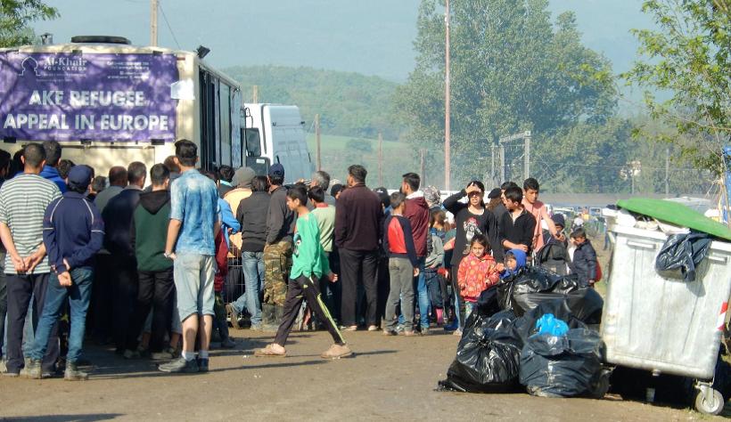 Personas aguardando largas colas para recibir comida en el campo de refugiados de Idomeni, Grecia. Abril 2016 (Fotografía de Alicia Barba Guillén)