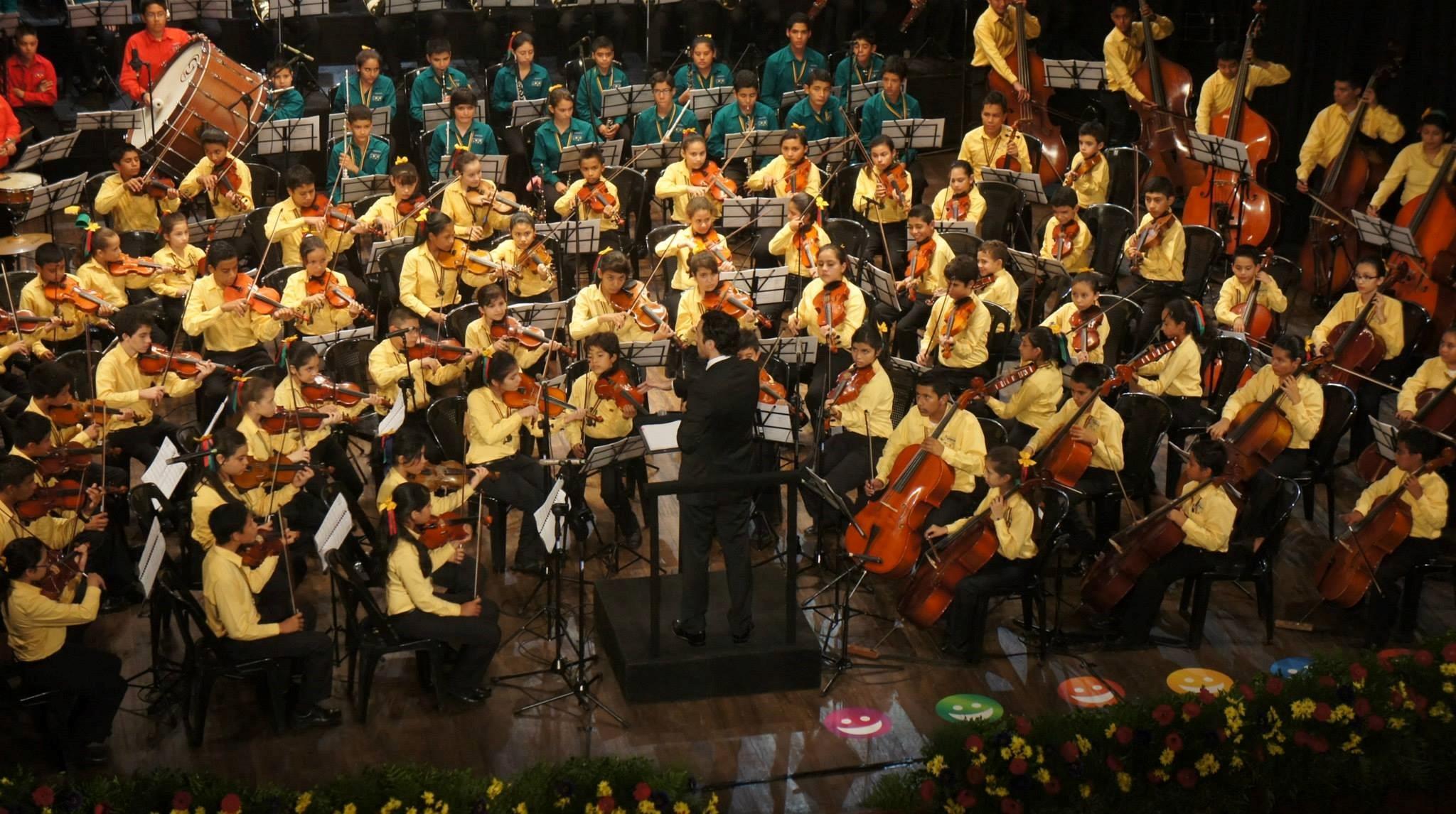 Proyecto musicosocial Fundación Azteca (El Salvador). Martín Jorge a la batuta.